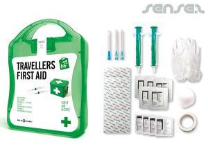 Reisende, die Erste-Hilfe-Kits